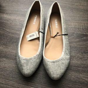 NWT toe is gray flats